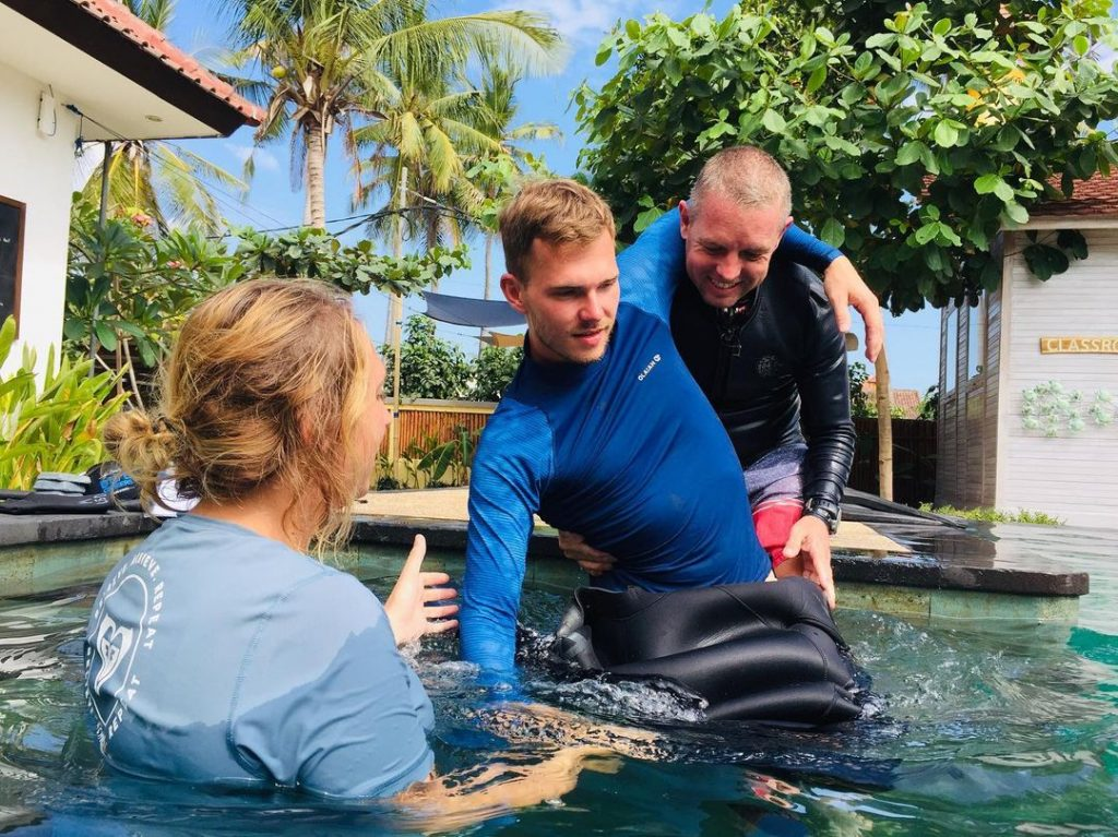 How Disabled Divers Learn Scuba Diving Lessons for Beginners